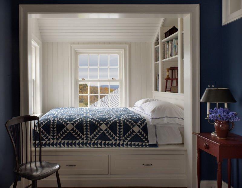 Интерьер комнаты с кроватью в нише у окна