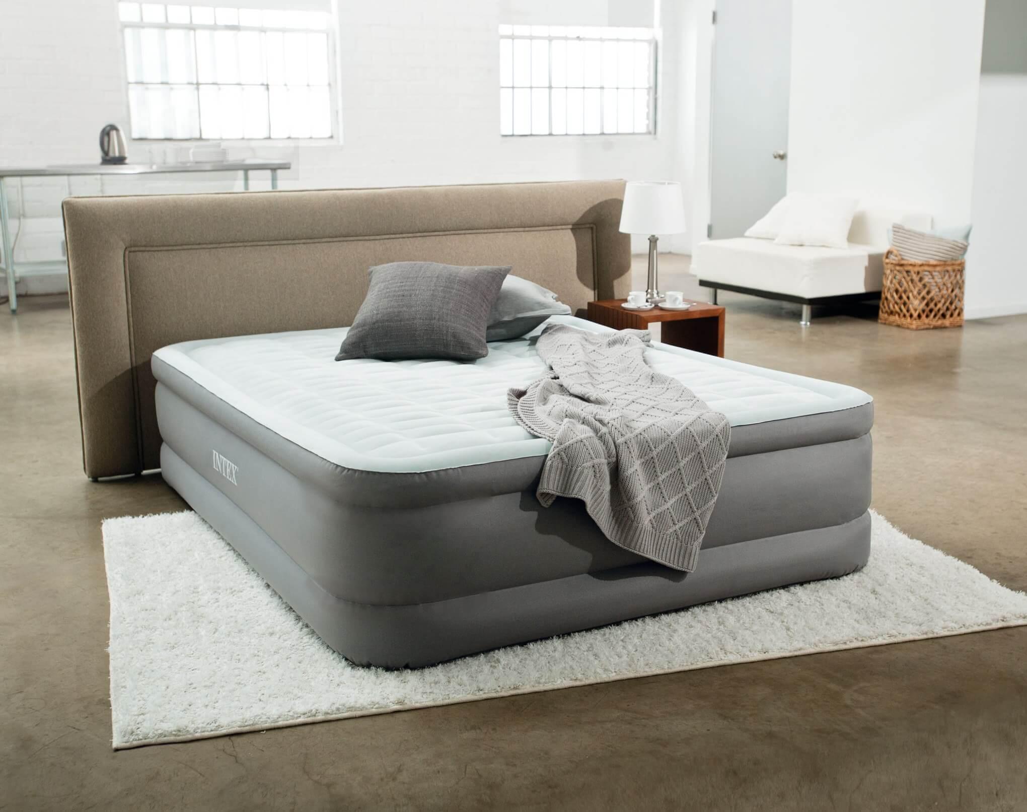 Кровать с надувным матрасом