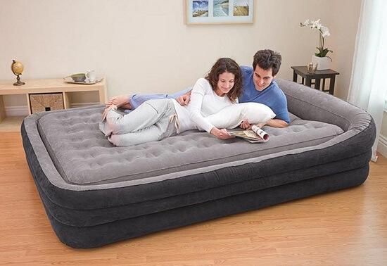 двуспальная кровать с надувным матрасом