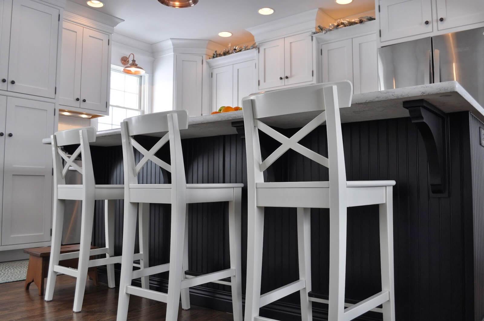 Высокие барные стулья на кухне