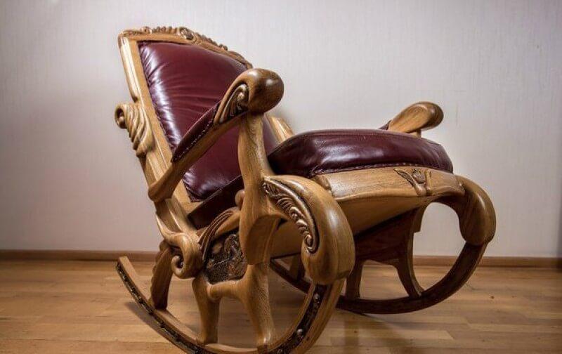 Кресло качалка с деревянным каркасом
