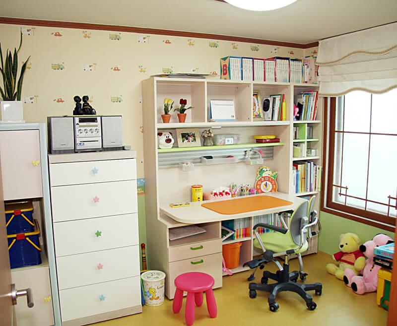 Детский компьютерный стул в интерьере комнаты