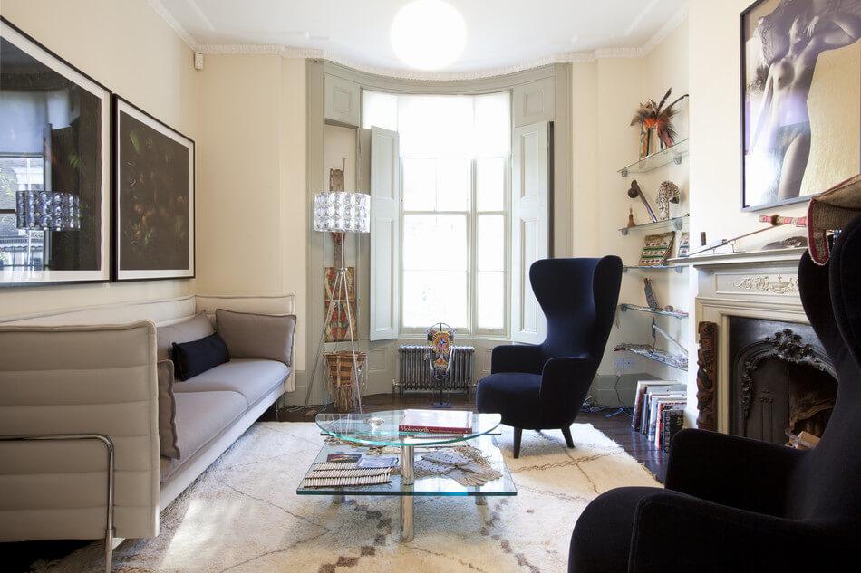 Кресло с ушами в интерьере комнаты