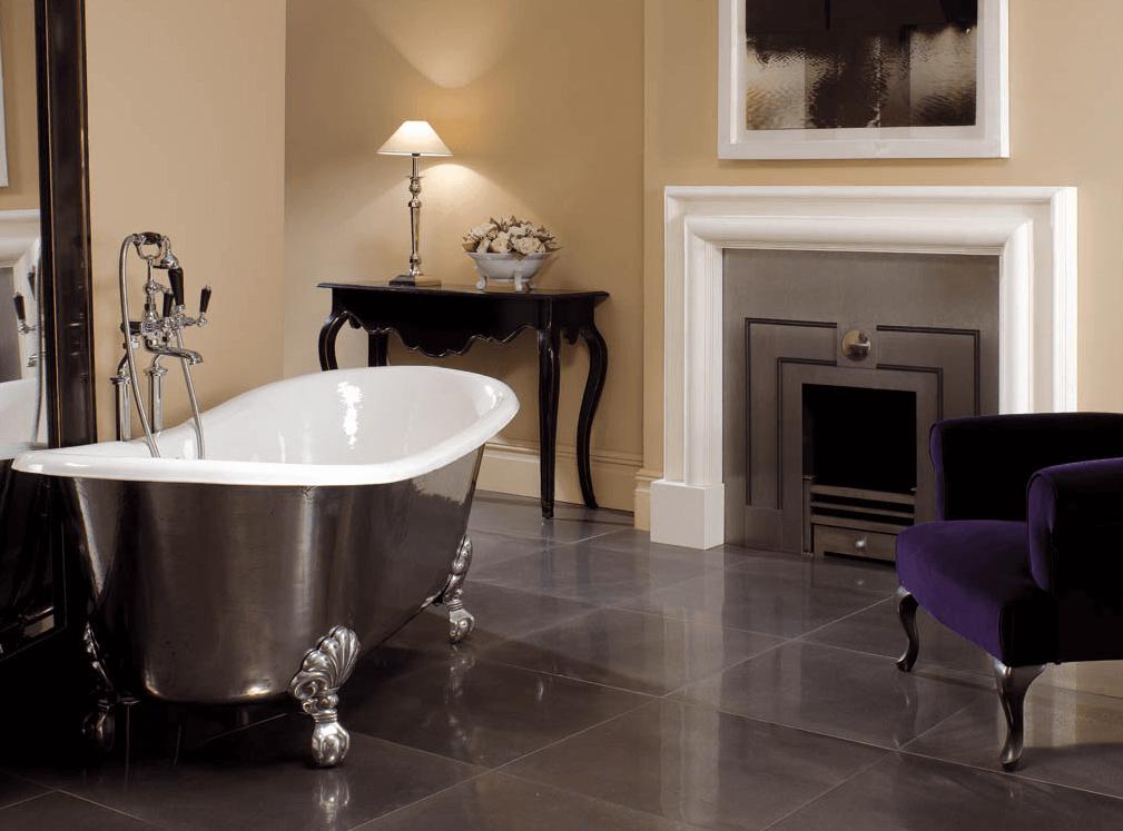 Кресло в интерьере ванной комнаты