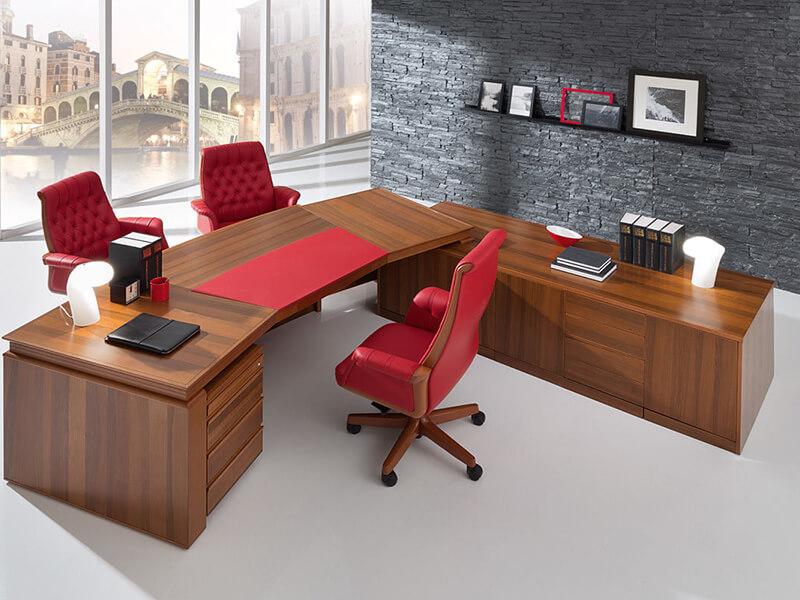 красное кресло руководителя
