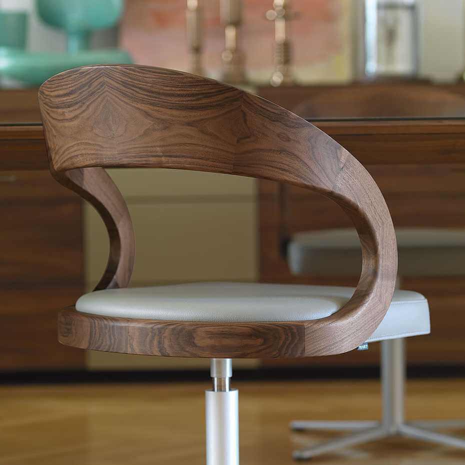 стул с поворотным механизмом