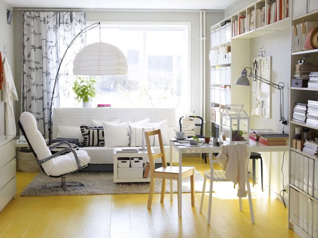 гостиная со стульями в интерьере
