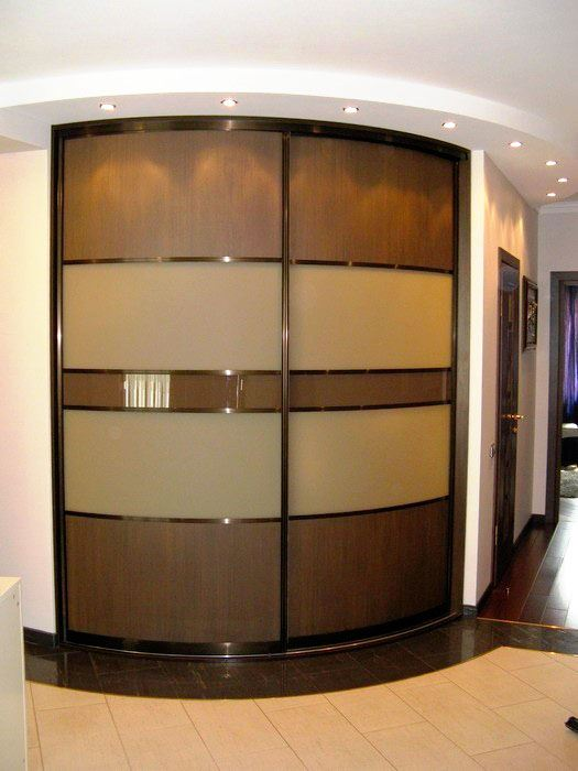 радиусный угловой шкаф в прихожей