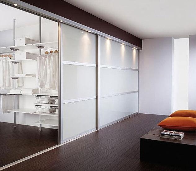встроенный шкаф купе во всю стену со стеклянным фасадом