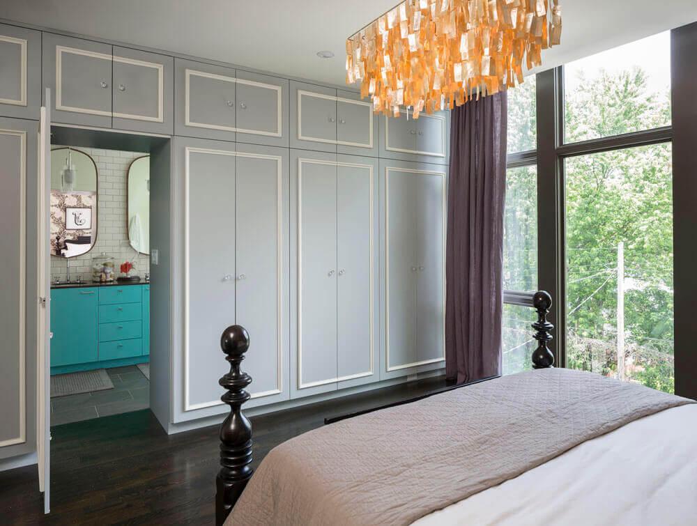 Встроенный шкаф у дверного проема в спальне с распашным фасадом