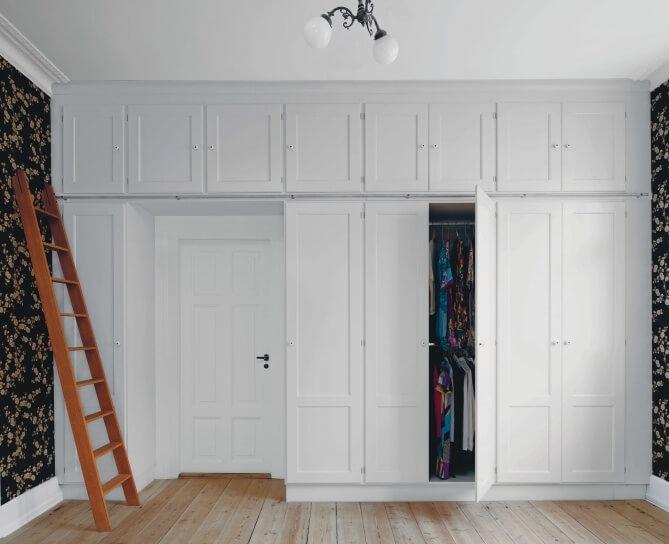 распашной встроенный шкаф вокруг двери