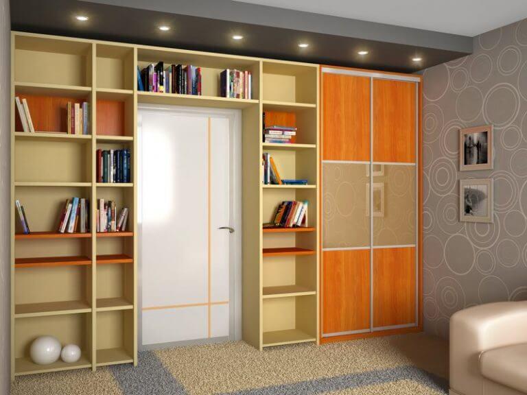 шкаф вокруг двери с комбинированными фасадами