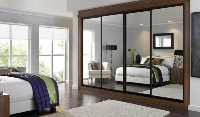 встроенный шкаф в спальне с зеркальными фасадами