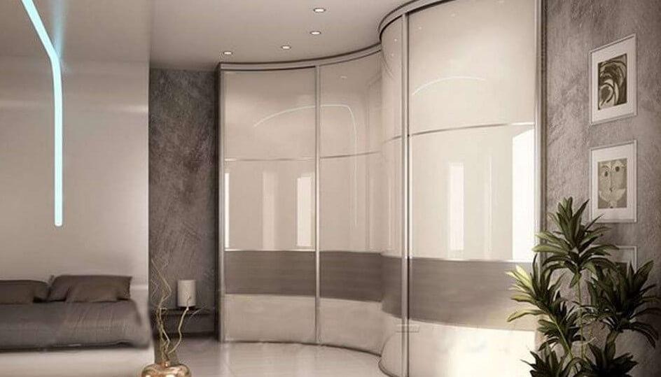 встроенный радиусный шкаф в гостиной