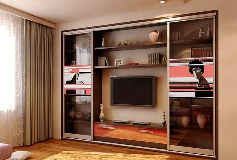 встроенный шкаф купе с телевизором в гостиной