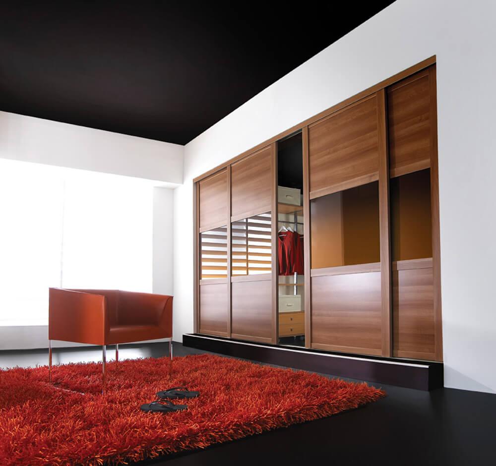 встроенный шкаф в интерьере гостиной